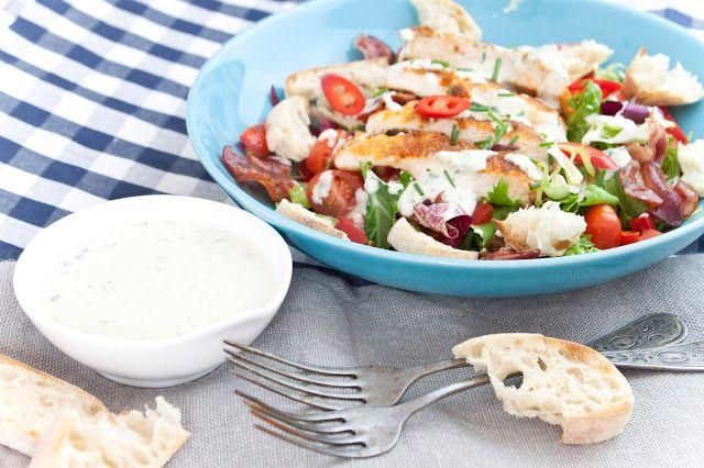 Křupavé kuře s polentou a salátem