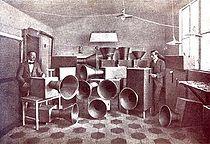 intonarumori  Mezzi fonici inventati e costruiti dal futurista L. Russolo nel 1913. Erano 30 (riuniti in un rumorarmonio), sufficienti a governare le 6 «famiglie di rumori» dell'orchestra futurista (1: rombi, tuoni ecc.; 2: fischi, sibili ecc.; 3: bisbigli, mormorii ecc.; 4: stridori, scricchiolii ecc.; 5: percosse su metalli, legni, pelli ecc.; 6: voci di bestie e di uomini).