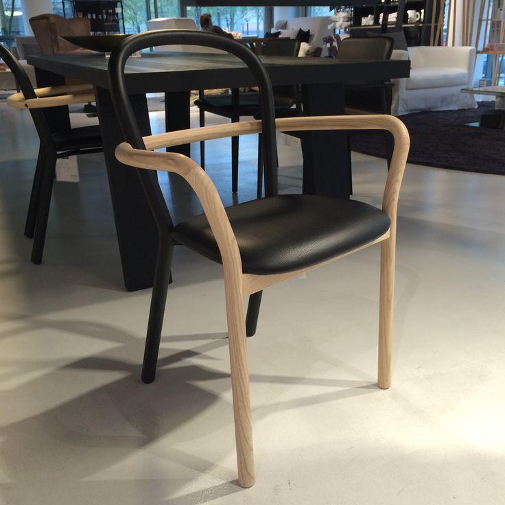 Spisebordsstol fra Porro, som er lavet i fint lyst træ betrukket med læder.