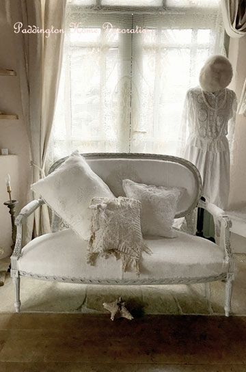 Antiquesofa #ルイ16世ソファ#パディントン#フレンチアンティークのルイ16世ソファ。ロココ調のサロンルームを飾っていた装飾家具として美しい存在感の2シーターソファです。家具職人による手彫りの彫刻の立体感が引き立つホワイトペイントと、アンティークリネン張りのシートがナチュラルでさらっと快適な、豪華さと温もりのある