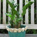 Blumenübertopf mit Rosenrand aus Keramik. Mit viel Liebe von Hand modelliert und dunkeltürkis glasiert. Der Übertopf hat oben/innen einen Durchmesser von 17 cm, unten/innen einen Durchmesser von 12...