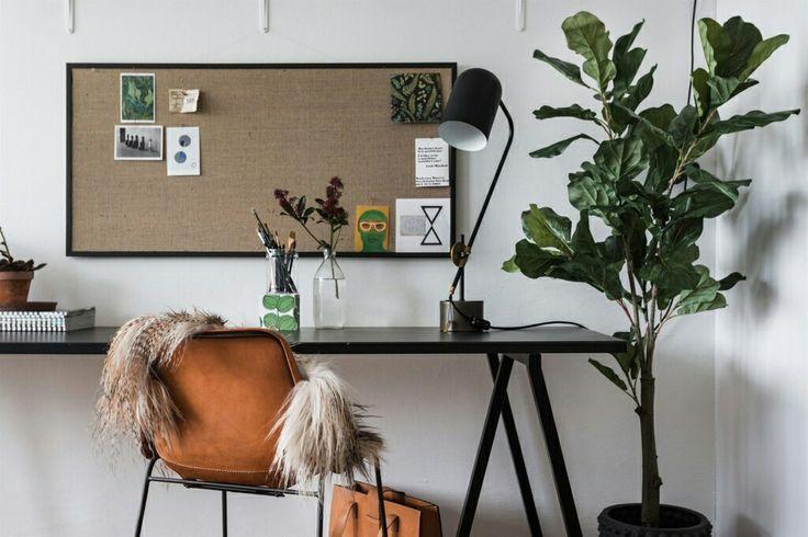 richt je home office in met een prikbord of ander soort memobord waar je al je inspiratiebeelden kwijt kunt, hang een aantal planken aan de muur voor boeken en opbergdozen, zorg verder voor een paar groene planten die de lucht zuiveren