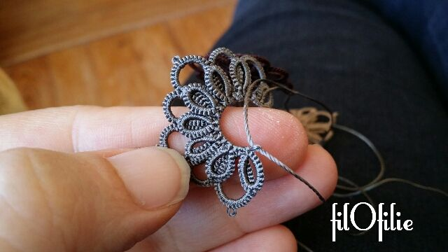 Tutoriel frivolité : fleur à deux rangées sur anneau fendu