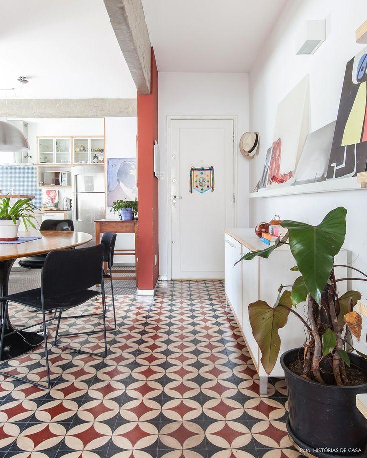 Sala de jantar de apartamento tem piso de ladrilho hidráulico e mesa saarinen.
