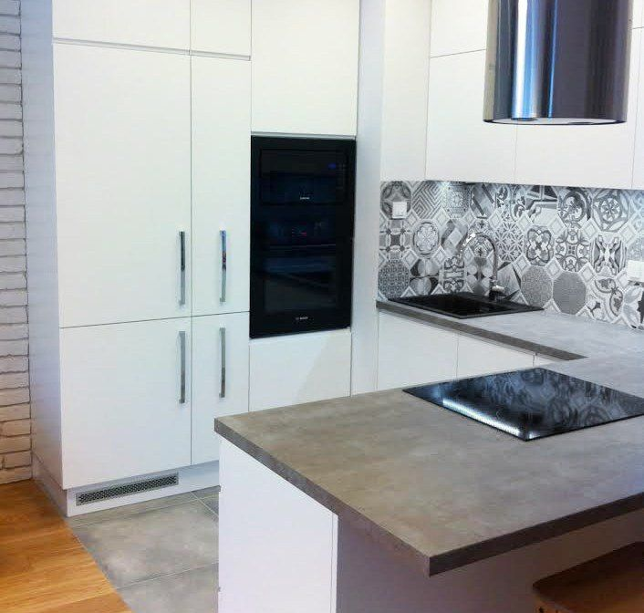 crédence cuisine en carreaux de ciment gris et plan de travail en béton ciré