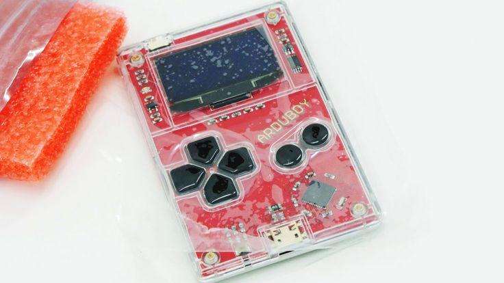 自作したり誰かが作ったりした8ビットゲームをプレイできる超小型ゲームボーイのようなデバイス「Arduboy」が、Kickstarterで目標としていた出資を集め製品化されて編集部にやってきたので、