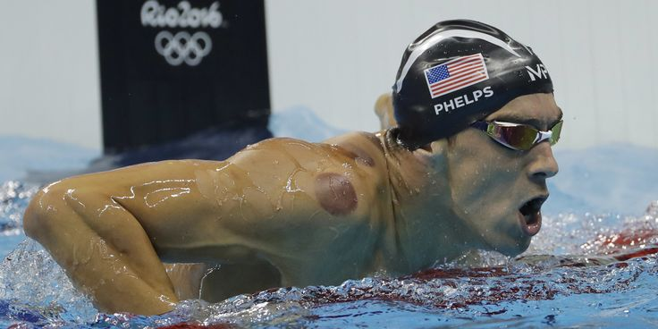 Der amerikanische Sportler Michael Phelps ist am Sonntag zu seiner ersten Goldmedaille bei den Olympischen Spielen in Rio geschwommen – und…