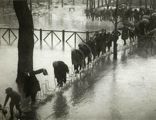 Improvisado puente de sillas durante el desbordamiento del rio Sena.París,1924