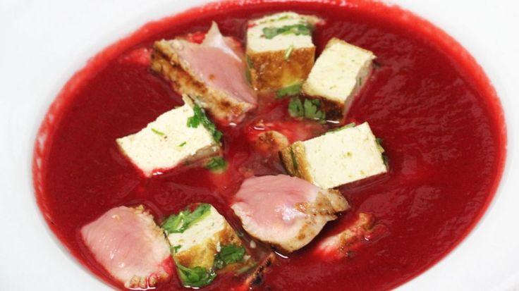 Soep van rode biet met gegrilde kalfsfilet en gemarineerde tofu