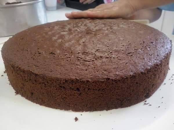 O Pão de Ló de Chocolate Deliciosofica saboroso e macio e é fácil de preparar. Ele combina com uma infinidade de recheios e coberturas e todos vão adorar!