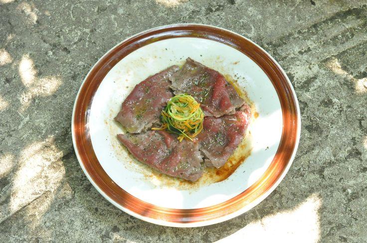 Manzo al piatto, parmigiano, rosmarino e verdure saltate.