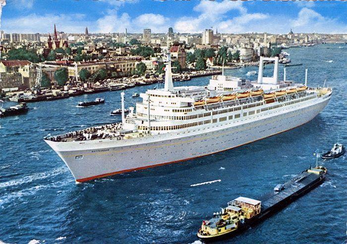 Rotterdam: Het Passagiersschip Rotterdam V varend op de Nieuwe Maas bij de Parkkade, 1969