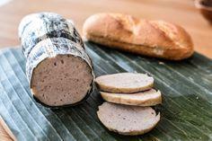 Chả lụa ist einevietnamesische Wurst, die traditionell in Bananenblättern zubereitetwird. Sie gibt es in der klassischen Variantemit Schweinefleisch, Pfeffer und Fischsoße, oder angereichert mit Speck (Cha Lua Bi) oder auch ganzen Pfefferkörnern (ChaHue). Natürlich darf auch hier eine vegatarischeTofuvariante (Cha Lua Chay) nicht fehlen. Cha Lua findetman heutzutage in den Kühlschränken von guten Asia-Shops. Eine […]