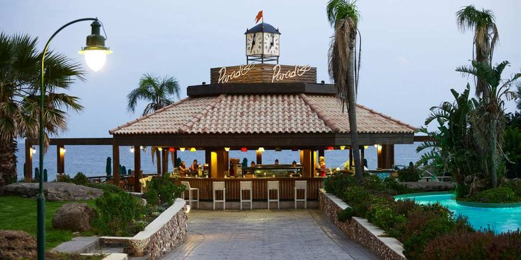 Within walking distance from the sea, surrounded by the green gardens of Esperos Palace and next to the lazy river, the Paradiso Beach Bar is offering delicious light flavors, coffees, fresh juices and colorful cocktails from morning till evening.
