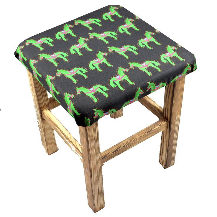 Designerskie krzesło z folkowym miękkim siedziskiem, wykonane ze szczotkowanego drewna