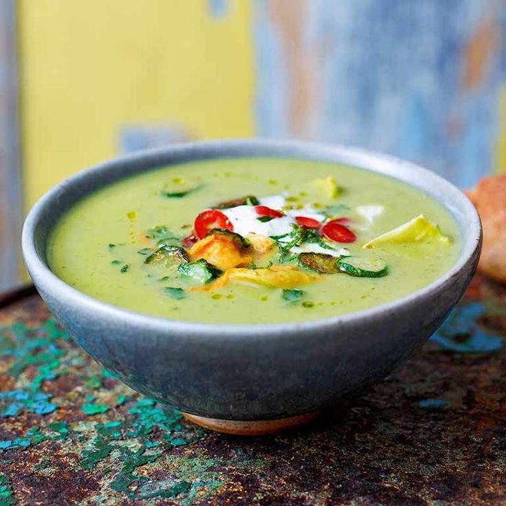 Een heerlijke soep vol zomergroente zoals asperges en courgette. Serveer voor de lunch met wat knapperig brood.    1 Snijd de punten van de asperges enhoud ze zolang apart.    2 Hak de aspergestengels plus decourgettes in grove stukjes....