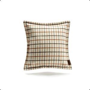 """Tanskalaisen Lovewoodin tyyny ikonisella ruutukuviolla. Niin kutsuttu """"tattersall""""-ruutukuvio tuli erittäin tunnetuksi 1960-luvulla, jolloin sitä käytettiin paljon erityisesti tanskalaisessa designissa. Tyyny on saatavilla sinisen, punaisen ja ruskean sävyissä."""