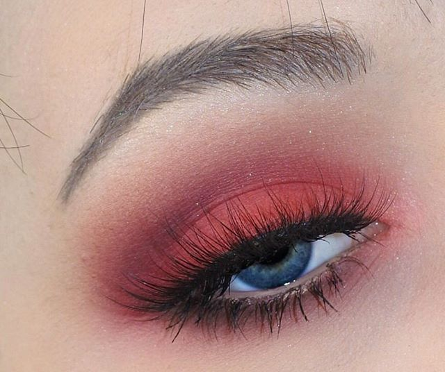 Venus is the perfect palette to create a warm smokey eye!   Eye look via: @pixelheartmakeup
