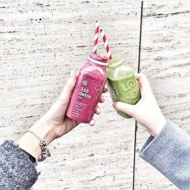 Чин-чин!  Порцию весеннего настроения добавят наши смузи — 100% Vegan & Raw, без добавления сахара и консервантов Насыщенный ягодный смузи Pink — это микс из клюквы, клубники, вишни, черники, миндального молока и банана. Нежный зеленый смузи Sweet Green — это свежий шпинат, миндальное молоко, банан и сочная груша   @anyta11 ☀️ #365detox #tsvetnoy #metropolis_moscow #salatshop