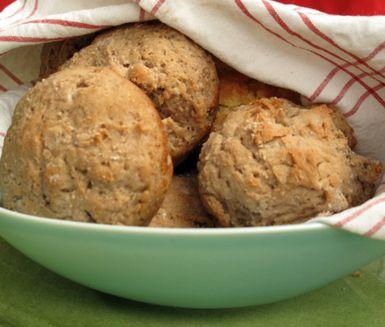 Mumsiga julkryddade portionsbröd som även du med kraftig celiaki eller veteallergi kan äta. Arbeta samman degen med ingefära, nejlika samt pomeransskal och klicka ut i muffinspanna före de får jäsa. Avnjut dem varma och frys in de som inte går åt.