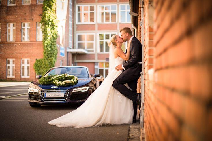 Brautpaar von Audi R8 als Hochzeitsauto – Portrait Hochzeitsfoto