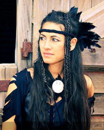 Intiaani asu: hapsuttaa ruskean/mustan mekon tms, sulkia roikkuu tukkaan, värikäs meikki tai sit tällanen au naturel tyyppinen :D