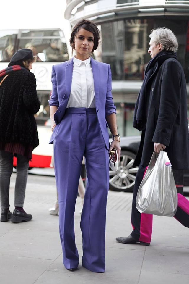 Da un giro a tu look sartorial con un tono inesperado. Toma de inspiración a #MiroslavaDuma en las calles de Londres. http://www.vogue.mx/galerias/looks-de-street-style-para-llevar-a-la-oficina/1848/image/1094273