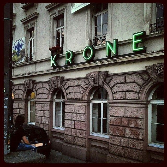 Erinnerungen an einen Sommer - Die vermeintliche Krone des Abends #picoftheday #germany #deutschland #hessen #darmstadt #innenstadt #krone #bar #kneipe #unterhaltung #nachtleben #feierdenmoment #kult #kultur #architektur #gebäude #alt #sommer #wetter #abend  (hier: Goldene Krone)