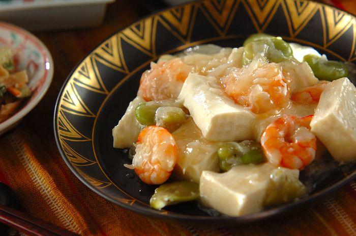 お豆腐を使った炒め物は、ボリュームがあってメインのおかずにオススメ。20分ほど水切りをした木綿豆腐と海老、ソラマメをニンニクと生姜で香りづけして塩炒めにしました。チキンスープの素と片栗粉でとろみをつけてまぜ、ごま油をまわしかけて仕上げます。あっさり味が美味しい!