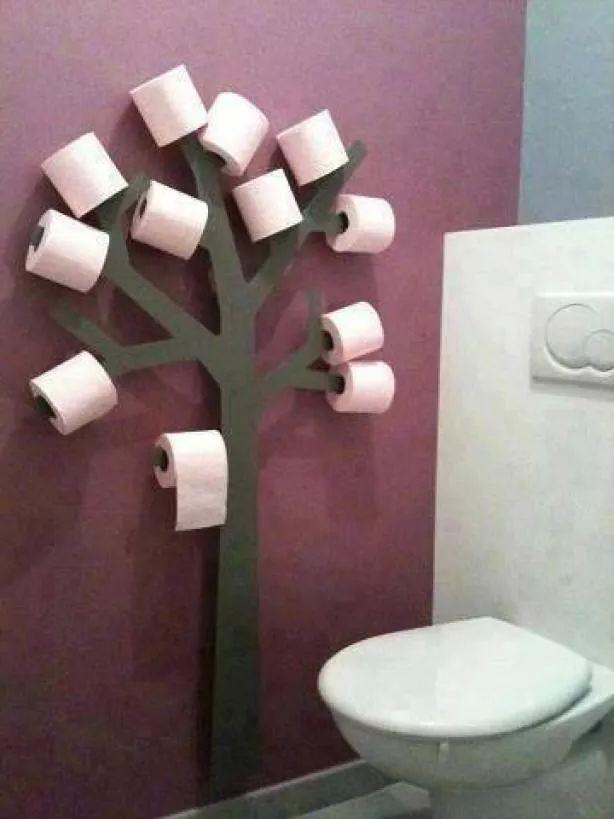 Boom uittekenen op multiplex, uitzagen en dan verven of bewerken met servetten etc. Blokjes achter de boom plakken zodat hij van de muur afkomt!