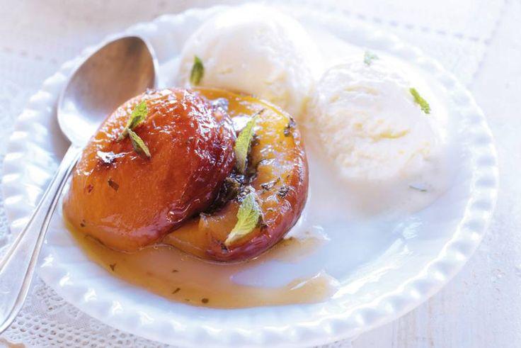 Gegrilde nectarines met munt en slagroomijs - Recept - Allerhande