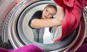 Si cada vez que abres la lavadora sienes un olor muy desagradable, no te extrañe que sea hora de hacerle una limpieza a fondo. Te explicamos cómo limpiar la suciedad de la goma de la lavadora, que aunque no lo creas es la responsable de que huela tan mal.Lo cierto es que las lavadoras verticales con carga frontal cue