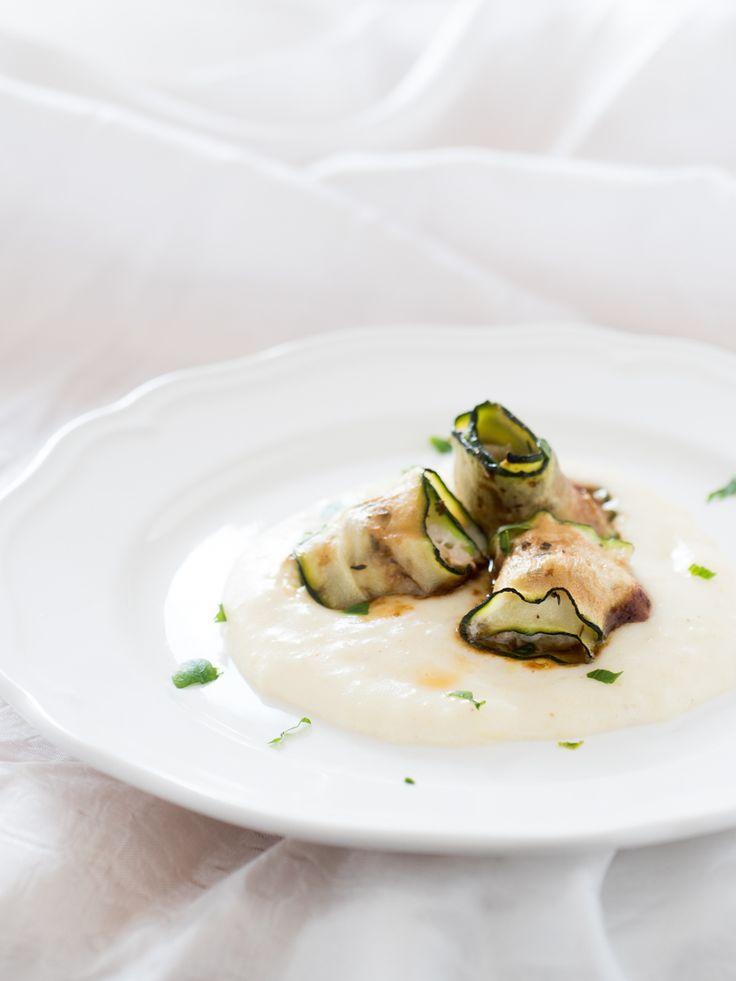 Rotolini sogliola e zucchine con salsa di soia su crema di patate