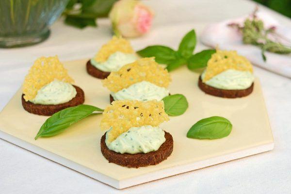 Party-Pumpernickel mit Basilikum Creme und Parmesantaler | ninastrada