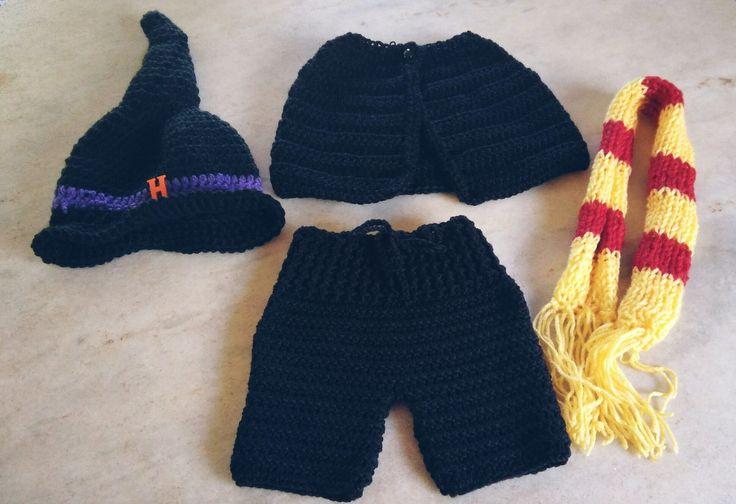 Conjunto confeccionado em crochê e tricô <br>Composição chapéu, cachecol, capa e shorts <br>Cor preto <br>Tamanhos 3 a 6/6 a 9 meses