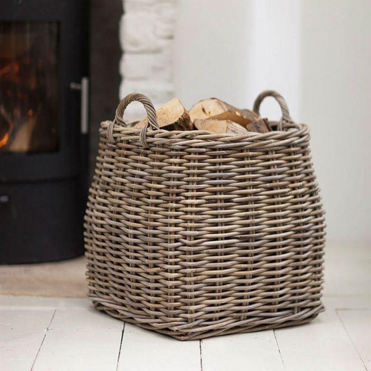 Dieser robuste Feuerholzkorb aus Rattan von der Firma Garden Trading bietet überraschend viel Platz nicht nur für Holzscheite, sondern auch z.B. für Sofakissen oder Spielzeug. Durch die beiden praktischen Griffe kann der Korb ganz...