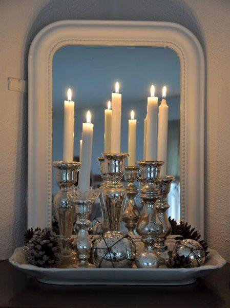 Bij kerst hoort kaarslicht. Heeft u een spiegel op de schouw of op de eettafel staan? Zet dan een set mooie kaarsen voor de spiegel, de weerkaatsing in de spiegel is heel mooi en zorgt voor extra sfeer.