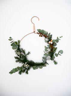 On continue nos diy pour une déco de Noël sur le blog et aujourd'hui je vous propose de vous montrer comme DIY mes couronnes de Noël.