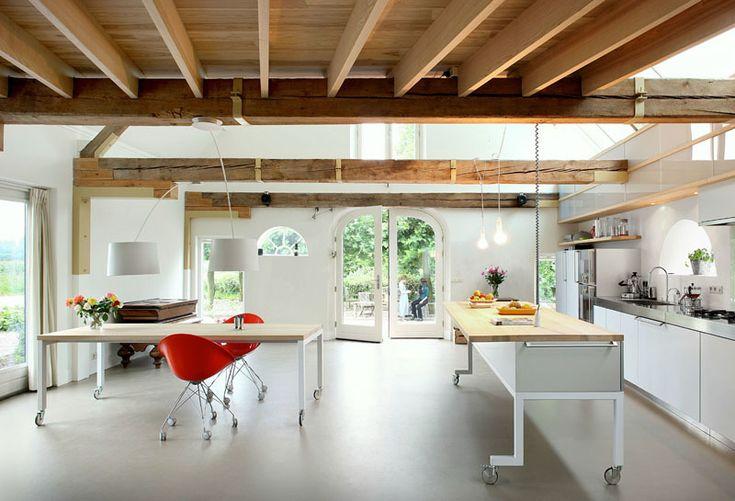Еще лучше, когда и обеденный стол и кухонный остров с барной стойкой имеют колеса и могут легко передвигаться по кухне.  (кухня,дизайн кухни,интерьер кухни,кухонная мебель,мебель для кухни,индустриальный,лофт,винтаж,стиль лофт,индустриальный стиль,современный,интерьер,дизайн интерьера,мебель) .