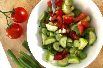 Komkommer tomatensalade met lente-uitjes