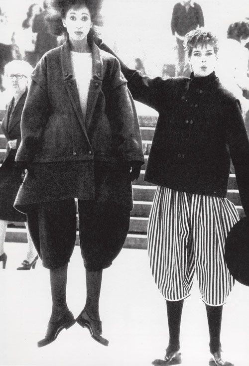 Rei Kawakubo, 1980, designer de nacionalidade japonesa criador da marca Comme des Garçons. Fomenta uma nova linguagem desconstrutída na moda internacional e caracteriza-se por formas fluídas com materiais imperfeitos e cores neutras que se opõe às silhuetas esguias da alta-costura ocidental. Impulsiona e inspira Martin Margiela e Dries Van Noten (Bélgica) que continuam o trabalho de revolta contra mundo da moda de luxo.