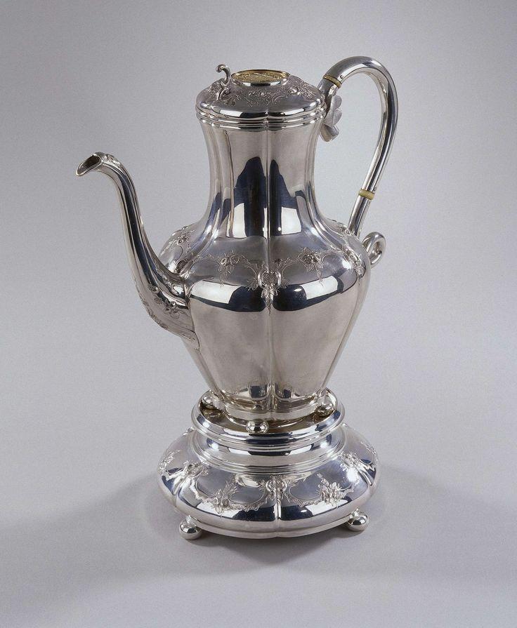 Zilveren koffiepot uit een koffie- en theeservies van 11 delen dat toebehoorde aan J.D. Preuijt (1801-1887) aan hem gegeven bij zijn jubileum in 1873., Pieter Z�llner, 1872
