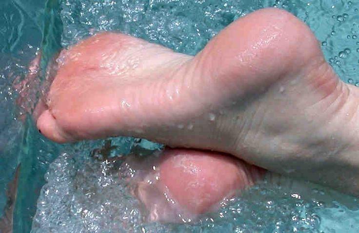 Это прекрасный рецепт для ухода за кожей ног, а именно - за пятками и подошвами. После такой обработки ваши подошвы и пятки становятся гладкими и нежными, исчезают натоптыши. Если подошвы сильно запущены, нужно процедуру повторить несколько раз. Такая процедура также уменьшает потливость ног. Очень