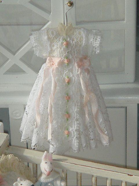 Casa de muñecas bautizo, vestido de colgar. 1:12 vestido de casa de muñecas en miniatura.