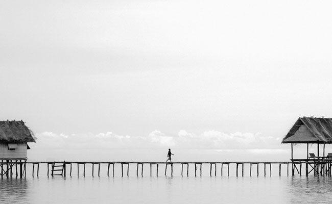 O fotógrafo Hengki Koentojoro, da Indonésia, produziu uma série de imagens minimalistas em que objetos e pessoas desaparecem diante da névoa do local onde foram inseridas.