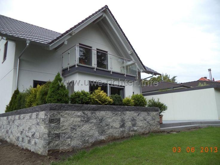 Terrasse mit Aufgang und Hochbeet