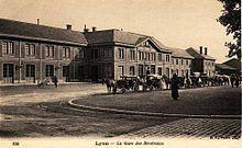 En 1858, la Compagnie Paris-Lyon-Méditerranée (PLM) construit la gare-terminus de sa ligne Lyon - Genève. Ouverte le 1er juin 1859, elle est raccordée à la gare de Lyon-Perrache dès le 24 novembre de la même année. Située dans le glacis intérieur du fort des Brotteaux (à l'emplacement de l'actuelle rue Waldeck-Rousseau entre la rue de Sèze et la rue Cuvier), cette gare est d'abord construite en bois afin de pouvoir être démontée rapidement en cas de conflit.