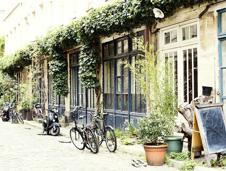 """""""J'habite une petite maison entourée d'un jardinet au bout d'un chemin au cœur de Paris."""