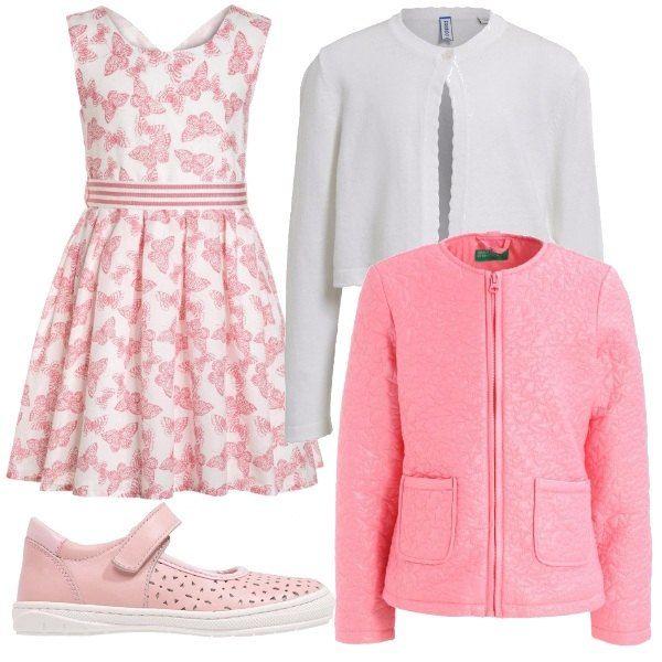 Per questo outfit: vestito senza maniche con stampa di farfalline rosa, cardigan con un solo bottone bianco, scarpe rosa con cinturino e giacca da mezza stagione con zip e taschine laterali rosa.