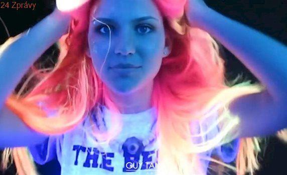 Neonová hříva v barvě duhy. Nový trend zaplavuje ulice